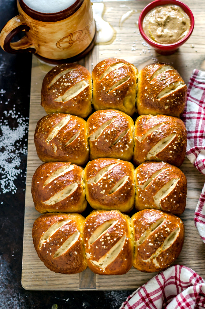 Homemade Pretzel Rolls (now better than ever )! I love making these fluffy, perfectly browned, slider-sized pretzels, and then filling them with ham and cheese, bratwurst, or even mini burgers. | hostthetoast.com