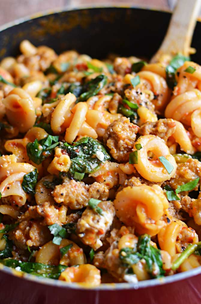 One Pot Roasted Red Pepper and Sausage Alfredo. Roasted red peppers, Italian sausage, spinach, garlic, and goat cheese, all with only one pot to clean? Count me in. | hostthetoast.com