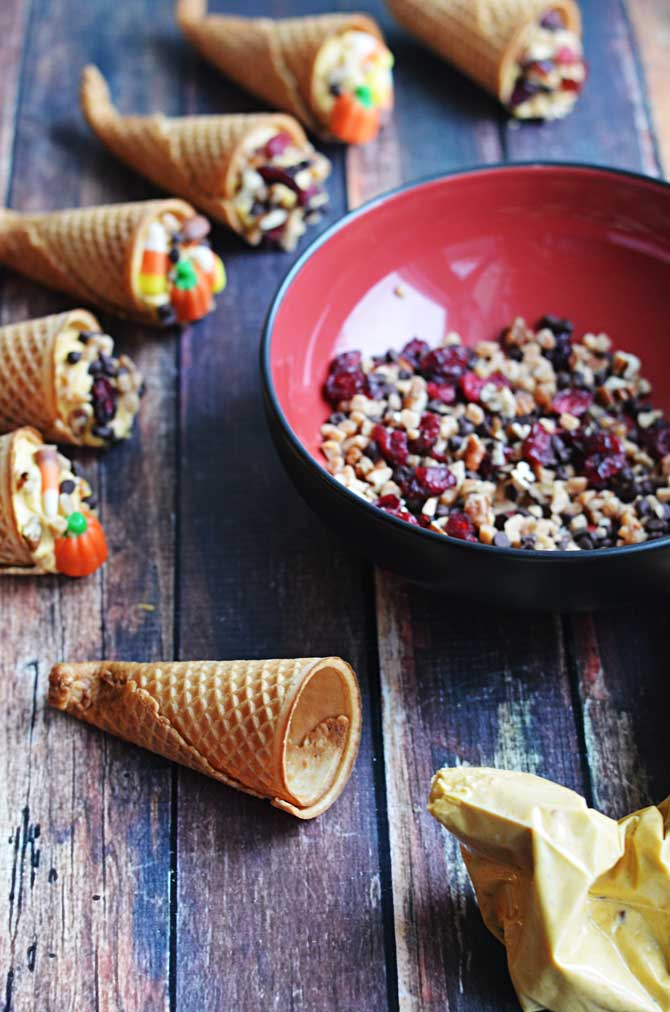 Pumpkin Cornucopia Cannoli!  These Thanksgiving treats are easy to make, and they're a tasty alternative to time-consuming pumpkin pie.  It doesn't get much cuter than this. | hostthetoast.com