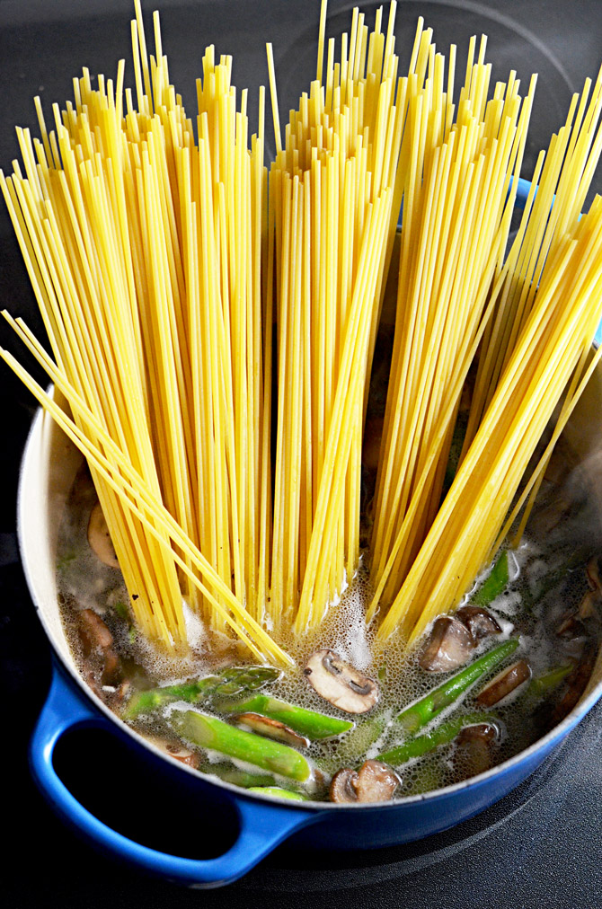 One Pot Pesto Carbonara. This one pot pasta recipe incorporates asparagus, mushrooms, eggs, bacon, and pesto! Perfect for spring! | hostthetoast.com
