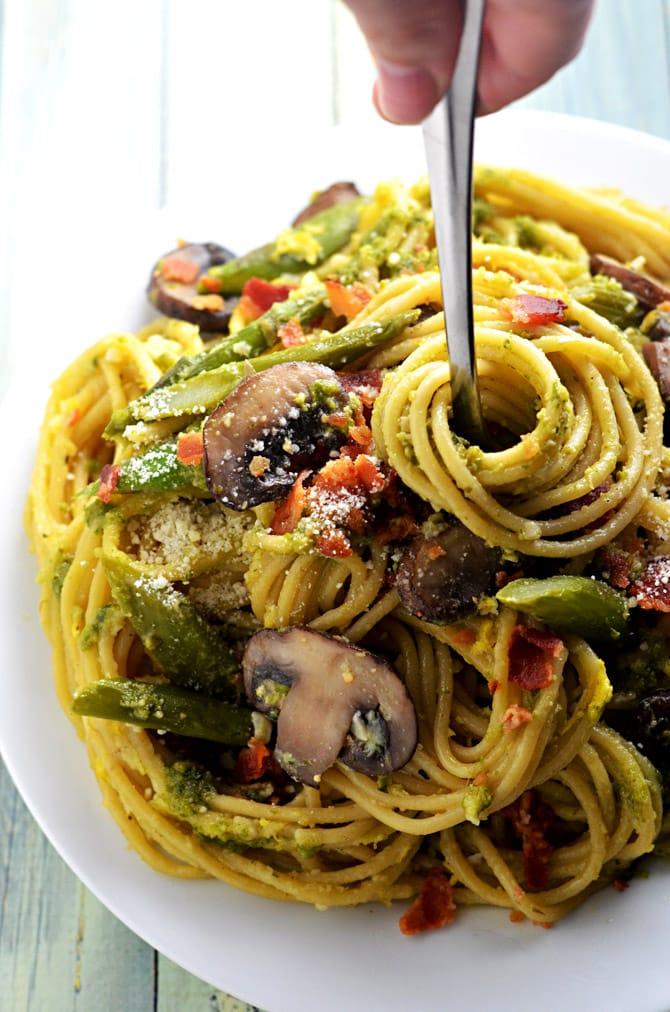 One Pot Pesto Carbonara. This one pot pasta recipe incorporates asparagus, mushrooms, eggs, bacon, and pesto! | hostthetoast.com