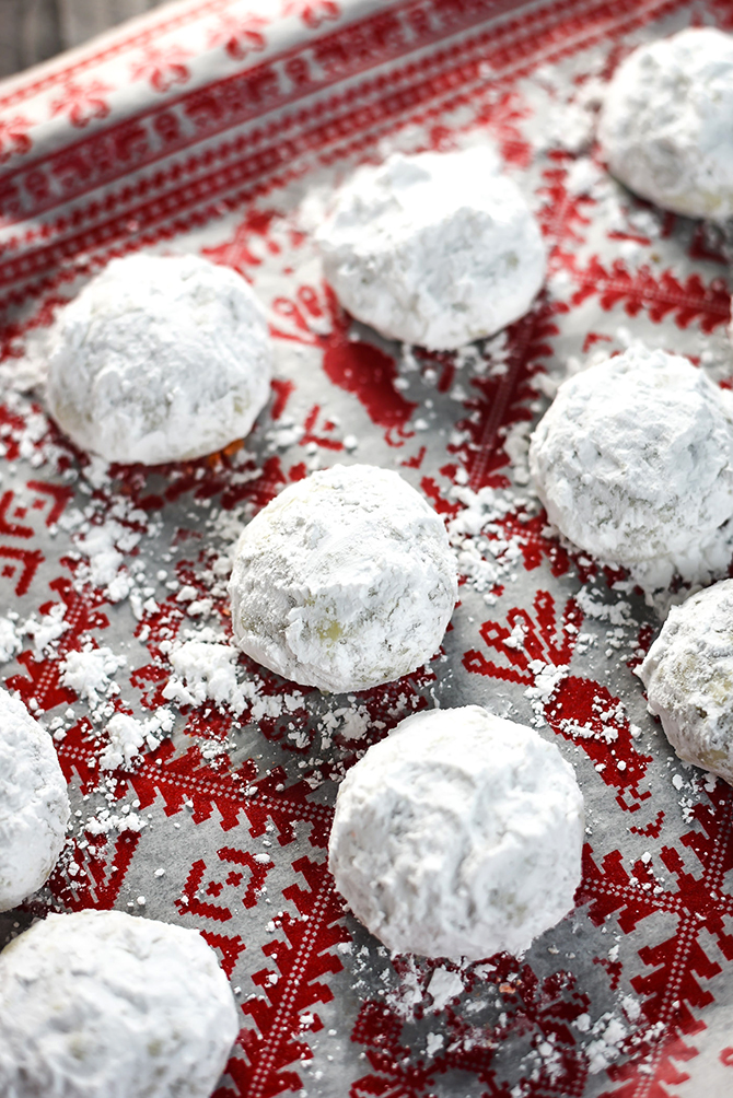 Butter Pecan Snowball Cookies. These tender, tangy, buttery shortbread cookies are loaded with toasted pecans and absolutely perfect for your Christmas cookie platter. | hostthetoast.com