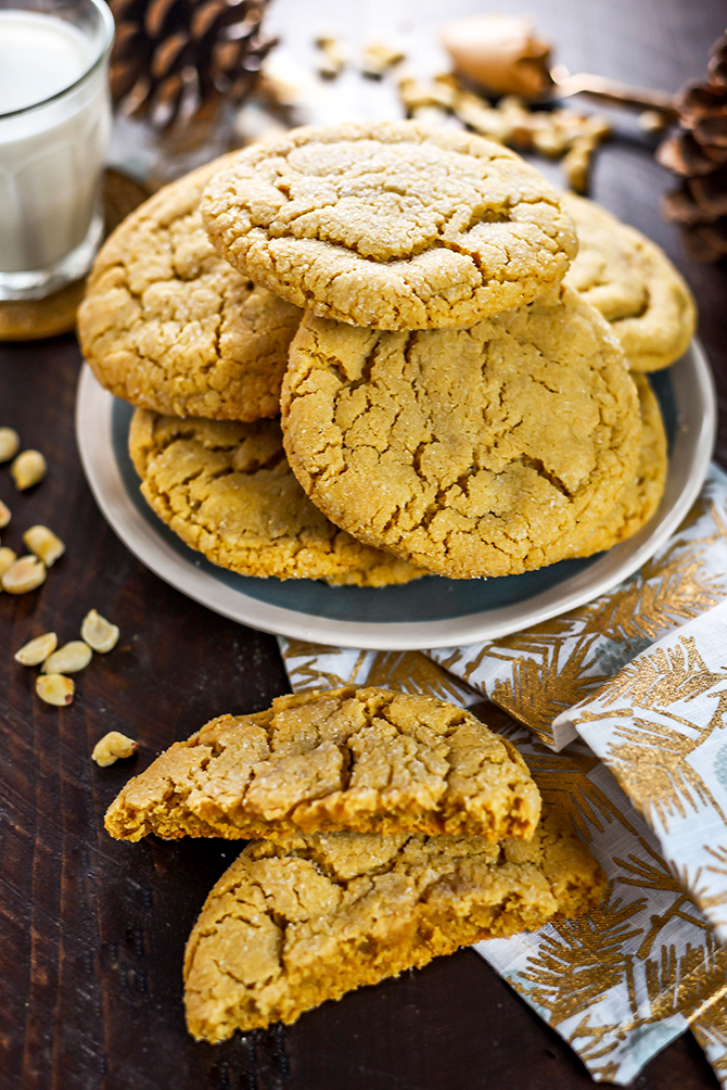 The Best Chewy Café-Style Peanut Butter Cookies. These soft and chewy cookies are a peanut butter lover's dream. Make them for your Christmas cookie exchange or just because! You're gonna love them. | hostthetoast.com